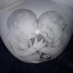 Entwurfszeichnung ,die Babys zeigen in Zeichensprache ihre 2 Anfangsbuchstaben ihrer Vornahmen